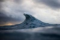 Горы на море: фотограф «замораживает» волны, делая их похожими на холмы из воды