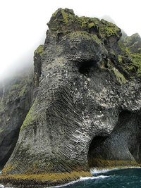 Ты не поверишь своим глазам, когда увидишь эту скалу, расположенную в Исландии!