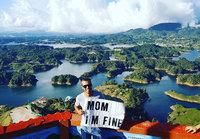 Парень путешествует по миру и передает важное послание своей маме