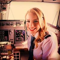 Девушка-пилот путешествует по миру и делится фото знаменитостей в своем Instagram