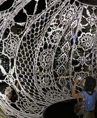 50 человек два месяца вязали крючком гигантские светильники для сингапурского залива