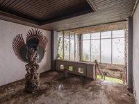 18 таинственных и волнующих фото заброшенного отеля на Бали