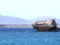 Проплываем мимо разрушенного корабля в Египте
