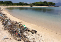 Грязный пляж на Бали после дождей