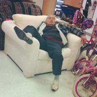 Мужчины на шопинге: фото со всего мира о том, что поход по магазинам — боль и ад