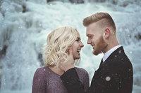 В США пара не побоялась мороза и сделала фантастические фото возле водопада