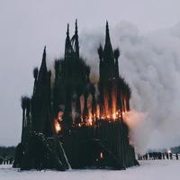 В Подмосковье на Масленицу сожгли готический «храм» из веток