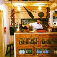 Барная стойка в небольшом ресторане деревеньки Ия