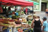 Алушта: фото на фоне фруктово-овощного лотка