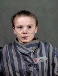 Художница сделала цветными фото 14-летней узницы Освенцима и другие редкие снимки