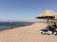 На пляже Berenice демократичная обстановка