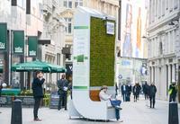 В Лондоне установили скамейки, которые очищают воздух и заменяют 275 деревьев