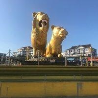 Почетные жители Сиануквиля - парочка золотых львов