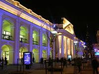 Фасад Гостиного двора в праздничной подсветке