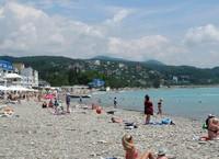 Пляжи везде галечные. Народу достаточно немного.