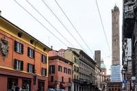 Болонья: на фоне собора Святого Петрония