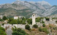 Крепость расположена между отрогами гор