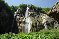 Струи воды падают с высоты более 70 метров