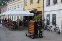 На улице работают кафе и рестораны