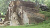 Над статуями сооружен навес, защищающий их от непогоды