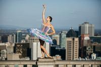 PLI.Ē: танцоры в бумажных костюмах на улицах Нью-Йорка, Монреаля, Парижа и Рима