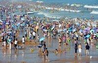 Два переполненных пляжа в разных странах