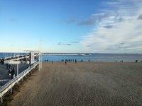 На пляже в ноябре было многолюдно